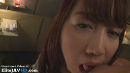 巨乳な18歳の女子生徒が口中で精子をとる