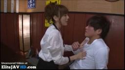日本の巨乳クーガーは若い男をファック