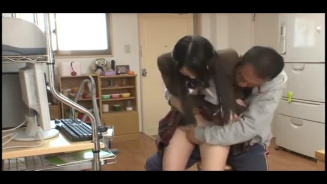 近所の小学生がヤリチン男の生ハメにエロ顔で喘ぎ悶えるのロリ系動画