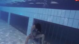 水中放尿を撮影