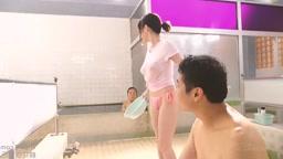 色白巨乳の激カワお姉さんが男湯で乳を寄せておっさんにパイズリご奉仕