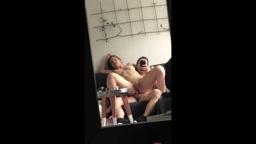 Paar filmt sich beim Arschfick im Spiegel!