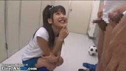 日本の女子大生はロッカールームで小さなディックスで遊ぶ