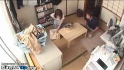 日本の巨乳熟女は兼にファンを助けます