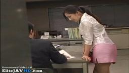 美乳の日本人アシスタントが乱暴なセックスをしている