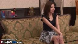 日本の美しい毛むくじゃらの女の子は自慰行為をします