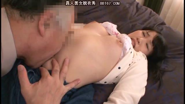 ビキニ水着のJKが電マを押し付けられて腰を痙攣させちゃうのロリ系動画